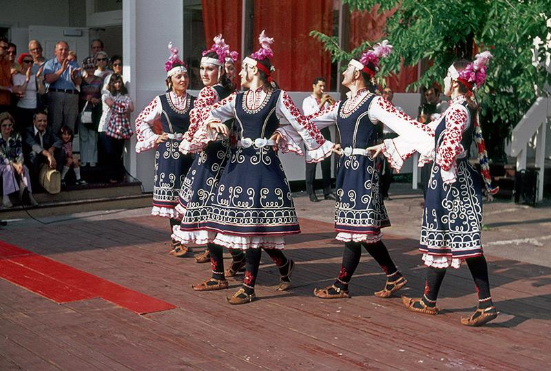 1974-bulgaria-dancers.jpg