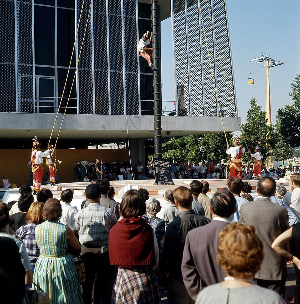mexico-acrobat-climbing-2.jpg
